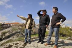 Raúl de Tapia, Joaquín Araujo y Fernando Rubio en el mirador del castillo, Juzbado