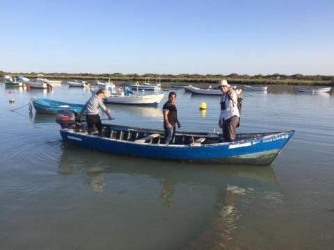 Juan Martín embarcado con el pescador local Ricardo Ariza y su hijo Daniel frente a la isla de Trocadero